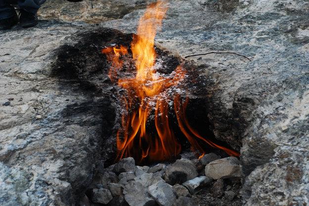 Turisticky obľúbené sú večné plamene Yanarta.