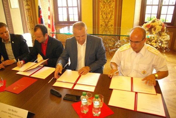 Na fotografii zľava Martin Turčan, Matúš Štulajter, Ján Nosko a Roman Benčík podpisujú nové memorandum.