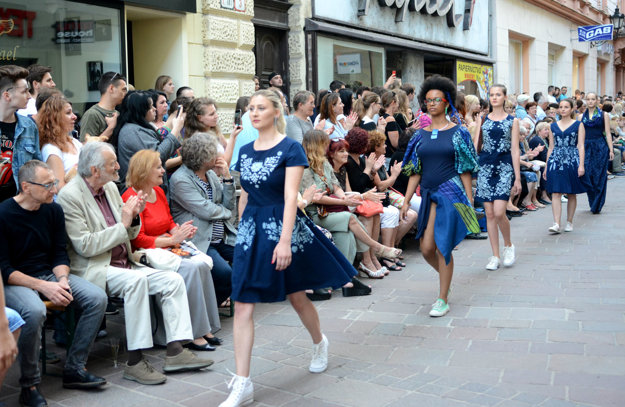 Modrotlač je v kurze. Modely Mišeny Juhász divákov zaujali.