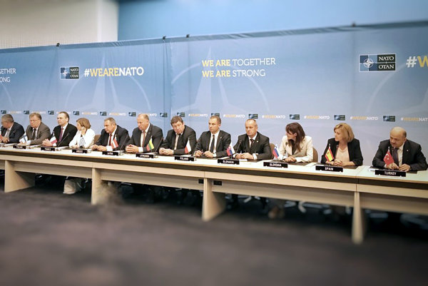 Minister obrany Peter Gajdoš (štvrtý sprava) dnes v Bruseli na rokovaní ministrov obrany členských krajín NATO.