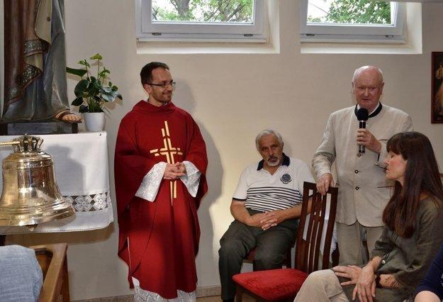 O objavenie zvonu sa zaslúžil kampanológ Imrich Točka (s mikrofónom).