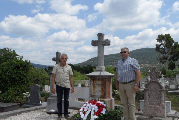 Bačkovčania na návšteve pri hrobe. V obci Jobbagyi. Zľava Ján Kešeľ aJozef Nemčík.