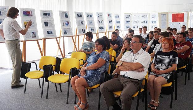 K výstave mal učiteľ Miloš Kázik aj prednášku.