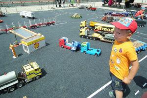 Deti sa na desiatky vozidiel nemohli vynadívať.