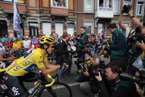 Držiteľ žltého dresu Geraint Thomas pózuje fotografom pred štartom tretej etapy v belgickom Verviers.
