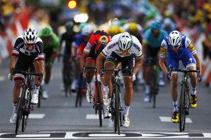 Peter Sagan (v strede) odráža nápor Michaela Matthewsa (vľavo) a víťazí v tretej etape Tour de France 2017.