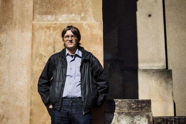 Tomáš Němeček (1973)pochádza z Opavy. Vyštudoval žurnalistiku a právo na Karlovej univerzite. Už počas štúdia pracoval ako redaktor časopisu Mladý svět, neskôr prešiel do týždenníka Respekt, ktorý v rokoch 2003 – 2005 viedol. Bol tiež šéfkomentá