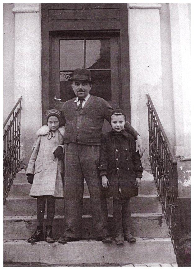 Posledný majiteľ fabiarne, mangľovne aobchodu sgalantérnym tovarom vDetve Koloman Szabó sdcérou Magdalénou (vpravo) pred budovou obchodu vr. 1948.