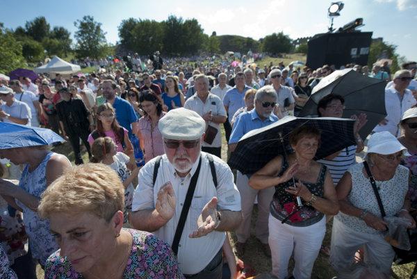 Účastníci osláv sviatku Cyrila a Metoda na hrade Devín.