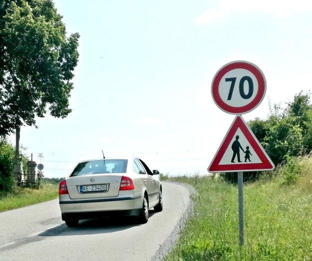 Od Bukovca na Myslavu. Upozorňujú na chodcov, aj tu sa zrejme rýchlosť zníži.