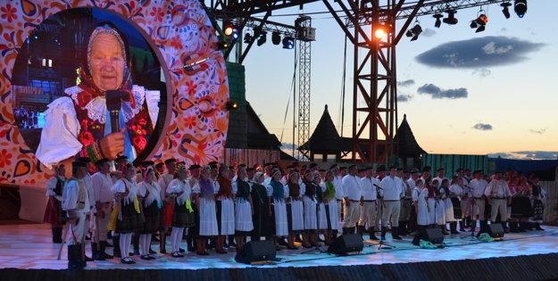 Úvodný obraz, všetci účinkujúci folkloristi na pódiu.