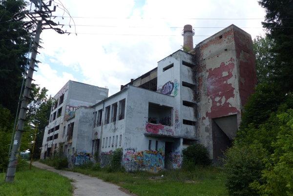 Schátraná budova bývalej nemocničnej kotolne a spaľovne.