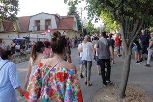 Ľudia prichádzali už niekoľko hodín pred začiatkom koncertu.