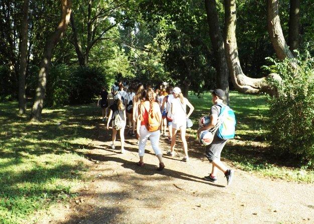 V čase, keď v parku striekali gaštany, prechádzali okolo deti.