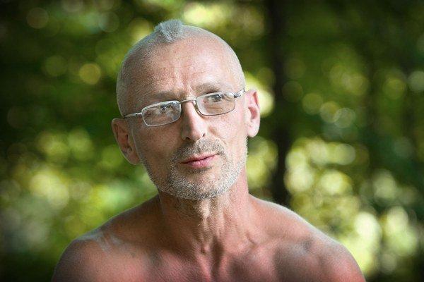 Szymon Modrzejewski je drobný muž so zaprášenými plecami, opálený z práce na augustovom slnku. Napriek mnohým úlomkom kameňov na zemi chodí bosý. Krátke číro na hlave prezrádza, že aj v 44 rokoch sa cíti ako pankáč. Býva v dedine Nowica na juhu Poľska a c