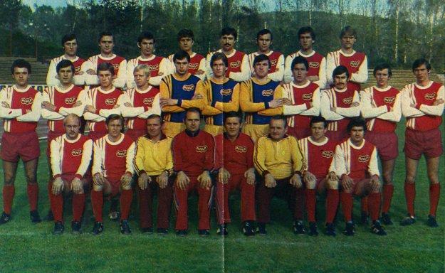 V najvyššej súťaži viedol Duklu Banská Bystrica. Vpravo hore stojí Ladislav Borbély.