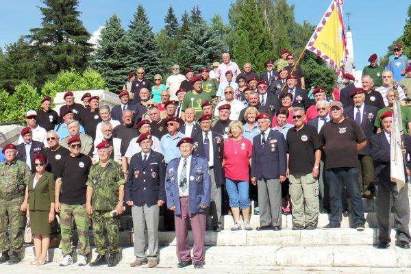 Veteráni si na pietnom akte pripomenuli pamiatku jedenástich príslušníkov 2. československej paradesantnej brigády.