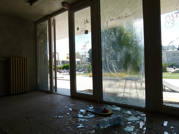 Aj podľa stavu hlavného vstupu vidieť, že vandali Družbu neobišli.