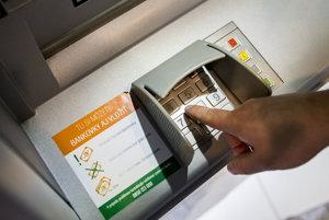Bankomat VÚB s vkladovým modulom vyzerá ako bežný bankomat, len má škáru na vkladanie bankoviek.