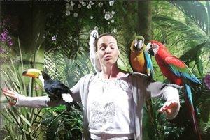 Adriana Poláková. Takú pracovnú cestu, akú podniká markizácka moderátorka, by chcel asi každý. Adriana navštevuje rôzne dovolenkové destinácie a podáva divákom Telerána zaujímavé informácie. V Bulharsku okrem mora skúsila aj šou s papagájmi.
