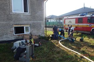 Čerpanie vody. Voda zatopila dom, odčerpali cez šachtu.