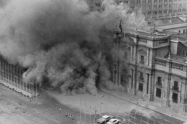 Pinochetovi vojaci bombardovali prezidentský palác.