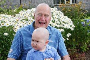 Patrick má dva roky a bojuje s leukémiou. Podporili ho kolegovia jeho otca a pridal sa aj George Bush starší.