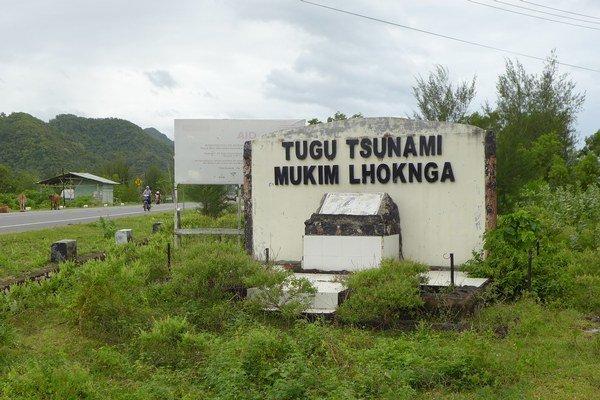 Pamätná tabula na mieste, kde boli pochované obete cunami, pobrežie Banda Acehu.