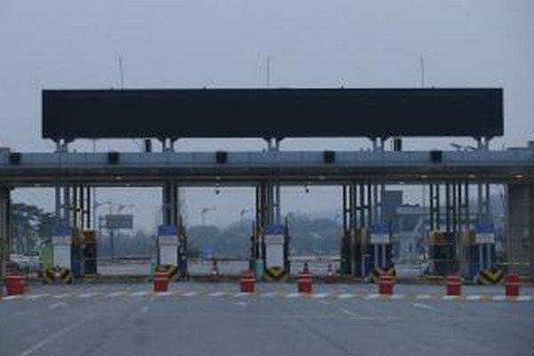 Prázdne vstupné brány do severokórejského mesta Kesong.