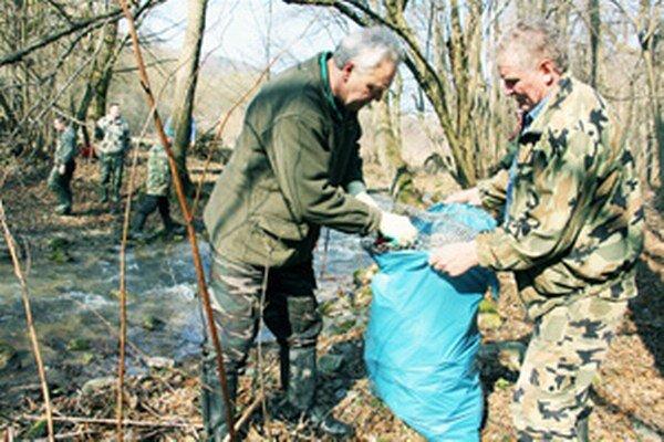 Rybári vyčistili potok Chvojnica.