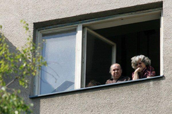 Dôchodcovia si aj za dverami bytu musia dávať na podvodníkov.