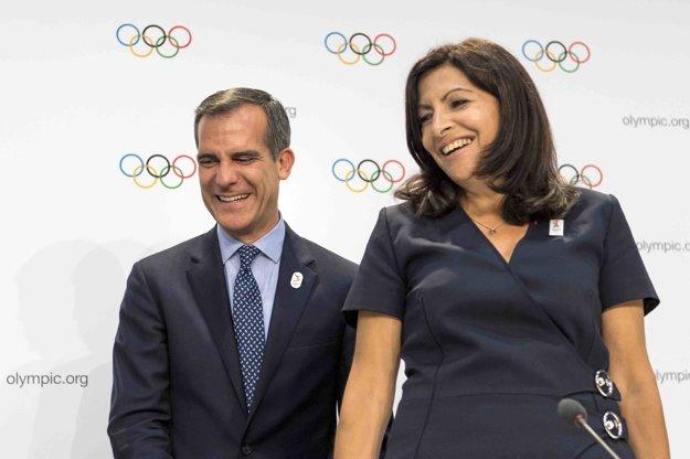 Ani starosta Los Angeles, ani starostka Paríža nechcú neskorší termín OH. Napriek tomu sa dokázali smiať a potriasť si rukou.