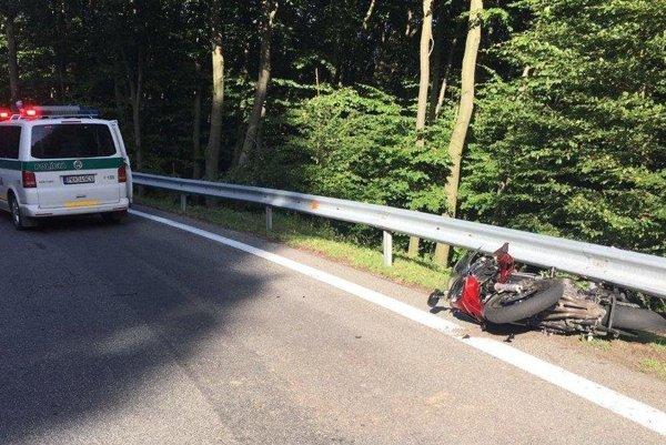 Motocyklista zrejme nezvládol riadenie.