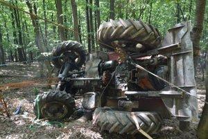 Prevrátený traktor.