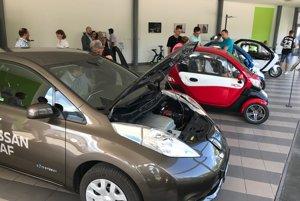 Ľudia si môžu elektromobily odskúšať.