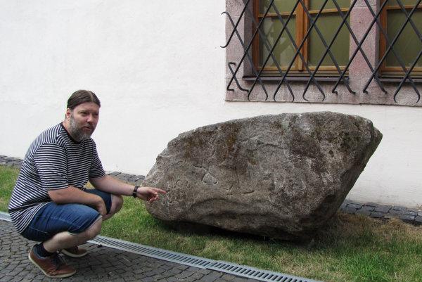 Dlho hľadaný kameň. V múzeu si počká na seriózny výskum, ktorý má datovať pôvod nápisov. Na snímke historik Daniel Haas Kianička.