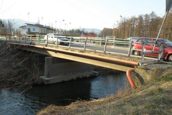 Na moste v Nedožeroch-Brezanoch sú veľké autá natesno.