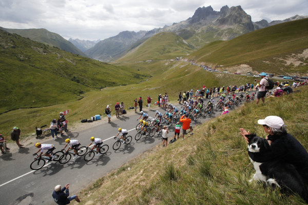 Pelotón na trase 17. etapy Tour de France.