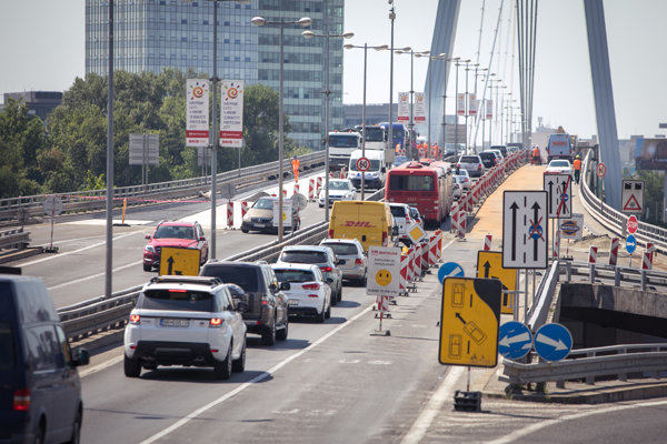 Opravy vozovky na Moste SNP pokračujú podľa primátora Iva Nesrovnala podľa plánu.