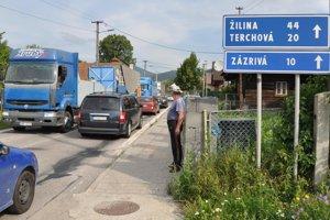 Od Terchovej práve prišli do Párnice naraz tri kamióny napriek zákazu prejazdu.