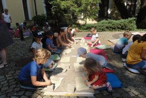 Dvadsaťpäť detí počas tvorivej dielne vyrábalo z keramickej hliny reliéf mesta.