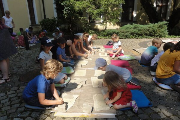 Dvadsaťpäť detí počas tvorivej dielne vyrábalo zkeramickej hliny reliéf mesta.