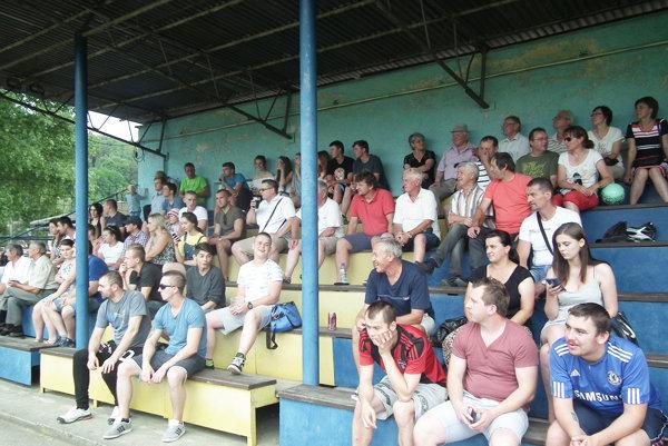 Diváci sledujú futbalový zápas medzi výberom Dohnian a TSK.