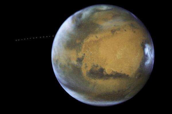 Počas 22 minút urobil Hubblov teleskop 13 fotografií, ktoré spojili do jedného záberu.