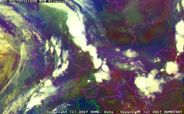 17.00 h. Cez Českú republiku smerom na východ postupuje ďalší pás búrkovej činnosti.