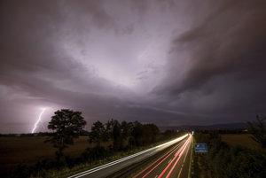 Búrka s bleskami pri diaľnici 661 pri Frankfurte.