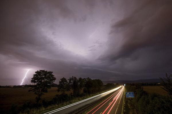 Búrka s bleskami pri diaľnici 661 pri Frankfurte. Ilustračné foto