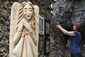 Na snímke vernisáž diel, ktoré vznikli počas jubilejného 10. ročníka medzinárodného výtvarno-literárneho sympózia Ora et Ars v benediktínskom kláštore Skalke nad Váhom 24. júla 2017.
