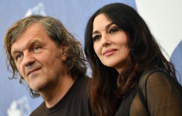 Režisér Emir Kusturica a talianska herečka Monica Bellucciová na Medzinárodnom filmovom festivale v Benátkach.