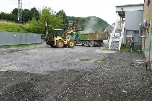 Štrkový povrch nahradí zanedlho asfalt.